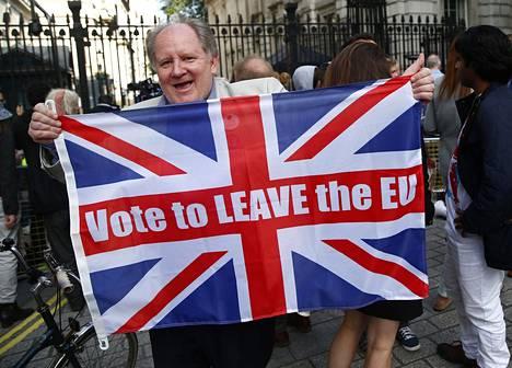 Britannian EU-eroa kannattanut juhli Britannian pääministerin virka-asunnon edustalla Lontoon Downing Streetillä 24. kesäkuuta 2016.