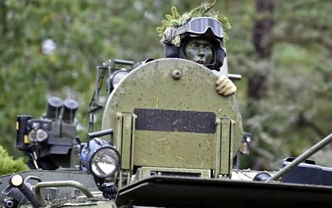 Suomalaissotilas matkusti panssaroidun Sisu-miehistönkuljetusvaunun kyydissä Aurora-sotaharjoituksessa Ruotsin Gotlannissa syyskuussa. Aurora-harjoitus on esikuva suurelle kansainväliselle sotaharjoitukselle, jonka valmisteluihin on ryhdytty Suomessa.