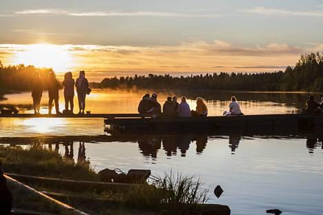 Kitisen joen ranta on henkeäsalpaavan kaunis Lapin yöttömässä yössä. Festarikansa tulee viettämään aikaansa joen rannalle elokuvien välissä, ihailemaan maisemaa ja valoa.