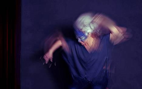 Katja Lundén tanssii Universo-teoksessaan.