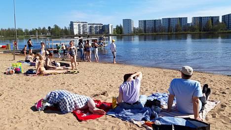 Oulussa oli lämpimiä päiviä myös viime keväänä. Tuiran uimarannalla Oulussa polskittiin 19. toukokuuta 2019.
