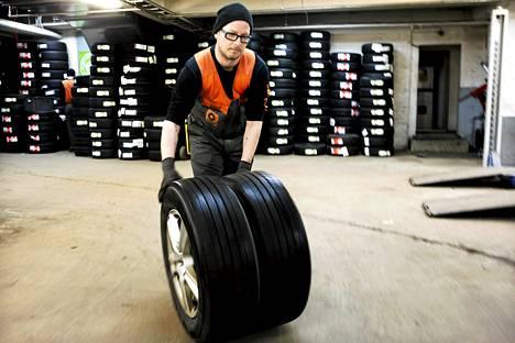 Niko Alander vaihtoi autoilijoille kesärenkaita rengasliikkeessä Kalliossa.