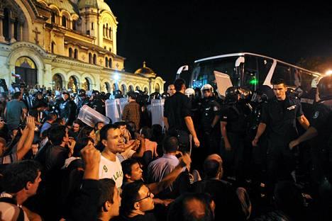 Mielenosoittajat ja mellakkapoliisit kohtasivat Bulgarian parlamentin edustalla Sofiassa tiistaina.