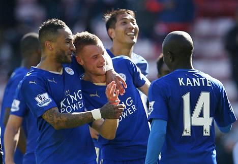 Leicester-pelaajat juhlivat Jamie Vardyn maalia sunnuntaina.