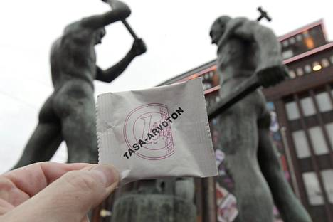 Naisjärjestöt jakoivat palkkapäivämateriaalia ohikulkijoille Kolmen sepän aukiolla Helsingissä viime lokakuussa.