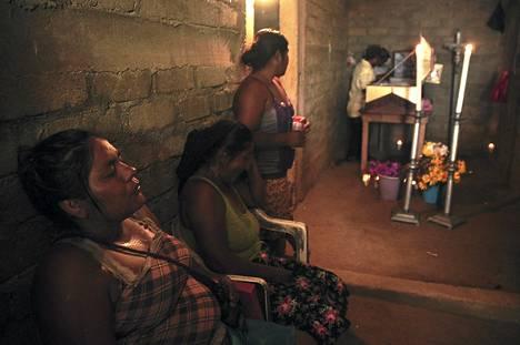 Naiset osallistuivat aseellisen yhteenoton uhrin muistotilaisuuteen La Conceptionissa Meksikossa sunnuntaina. Paikallisen poliisin ja rikollisten välisessä yhteenotossa kuoli ainakin neljä ihmistä. Levottomuudet saivat alkunsa lauantaina padon rakentamista vastustavien mielenosoituksesta.