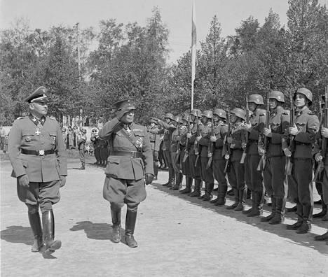 Kenraaliluutnantti Lauri Malmberg ja SS-kenraali Felix Steiner (vas.) tarkastivat suomalaisen SS-pataljoonan Hangossa kesäkuun alussa 1943.