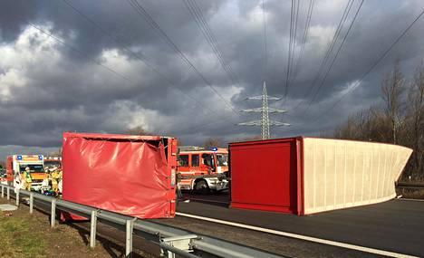 Voimakas myrskytuuli kaatoi kuorma-autoja moottoritiellä Saksassa Bonnin lähellä torstaina.