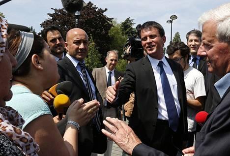 Ranskan sisäministeri Manuel Valls puhui asukkaiden kanssa Pariisin läntisessä lähiössä Trappesissa maanantaina. Lähiössä mellakoitiin viikonlopun yli burkakiistan vuoksi.