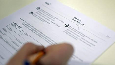 Toimeentulotukihakemusta täytettiin Kelan Kampin toimipisteessä Helsingissä 9. maaliskuuta 2017.