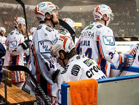 Tapparan Henrik Haapala istui ja jännitti ottelun viime hetkillä, kestääkö joukkueen 2–1-johto loppuun asti. Kesti se, ja finaali kutsuu.