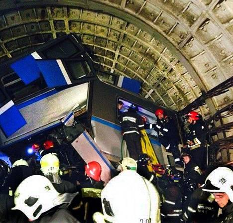 Pelastustyöntekijät työskentelivät tiistaina metrotunnelissa Moskovan metro-onnettomuuden jälkeen.
