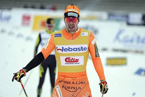 Matti Heikkinen (takana) hiihti viimeisen 3,75 km:n kierroksen Suomen mestari Ristomatti Hakolan peesissä.