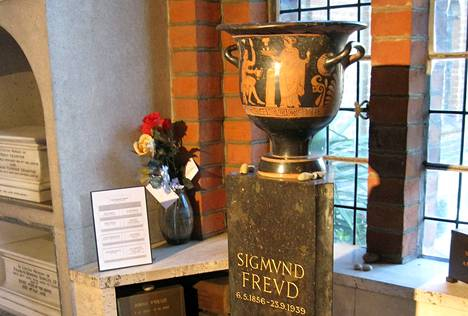 Psykoanalyysin isän Sigmund Freudin hauta Golders Greenin krematoriossa Lontoossa.