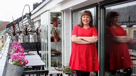 Pihla Meskanen kotonaan Etu-Töölössä. Hän sai suunnitella loft-asunnon entiseen toimistotaloon yhdessä miehensä kanssa.