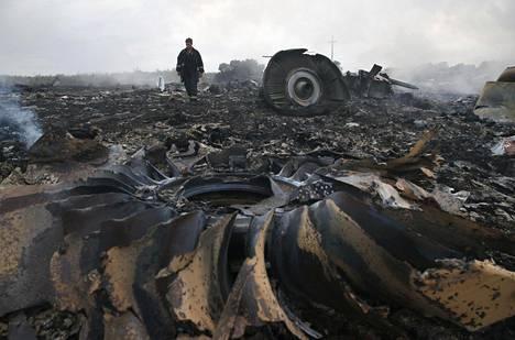 Hätätilaministeriön työntekijä tutustui Malaysia Airlinesin turmakoneen jäännöksiin Itä-Ukrainan Donetskissa heinäkuussa 2014.