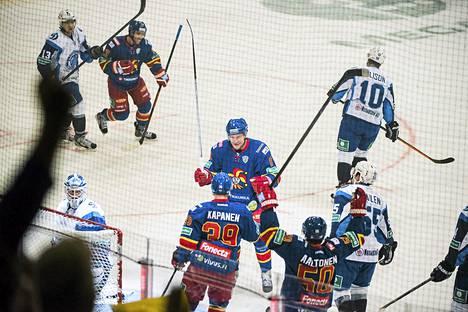 Niklas Hagman (keskellä) teki Jokerien avausmaalin KHL-liigassa.