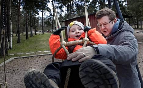 It-alalla työskentelevä William Scharf pitää Helsinkiä hyvänä asuinpaikkana. Hän leikki Tullinpuomin leikkipuistossa yhdessä 3-vuotiaan poikansa kanssa.