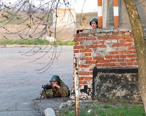 Ukrainan asevoimien sotilaat ottivat tiistaina haltuunsa Kramatorskin lentokentän Itä-Ukrainassa.