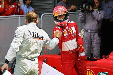 Michael Schumacher ja Mika Häkkinen kättelivät Silverstonessa vuonna 2001.