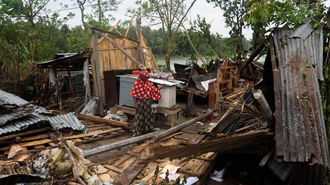 Asukas seisoi tuhoutuneen kotinsa raunioilla Satkhirassa Bangladeshissa torstaina.