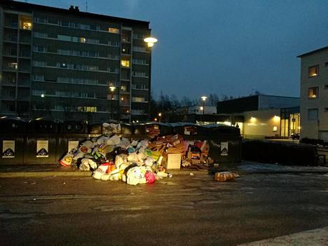 Muovinkeräys on ongelmissa pääkaupunkiseudulla. Joulun jälkeistä tunnelmaa Espoon Lähderannassa.