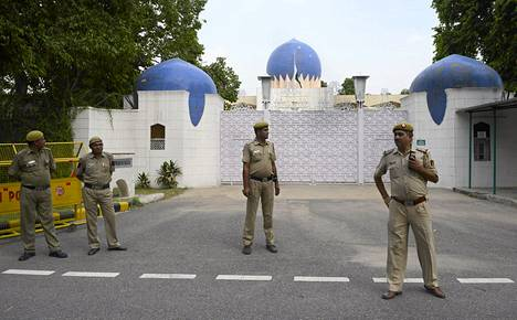 Intialaiset poliisit vartioivat Pakistanin suurlähetystöä Delhissä 18. elokuuta.