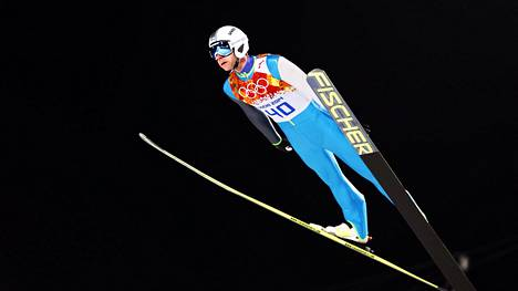 Janne Ahonen menestyi omalla ponnistustyylillään. Heikki Hartikaisen mukaan valmennuksessa tehtiin sen jälkeen virhe, kun samaa tyyliä yritettiin istuttaa kaikkiin muihinkin.