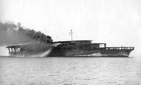 Vastavalmistunut Akagi vuonna 1927. Modernisoinnin jälkeen Akagin kolmesta lentokannesta poistettiin kaksi 1930-luvun lopulla.