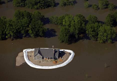 Ilmastonmuutoksen sijasta Yhdysvaltojen maatalousministeriön työntekijöiden tulisi käyttää käsitettä äärimmäiset sääolot, linjasi ministeriö helmikuussa. Tulvavesi ympäröi talon Mississipin osavaltiossa vuonna 2011.