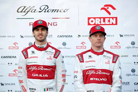 Antonio Giovinazzi (vas.) ja Kimi Räikkönen ovat tallikavereita, mutta palkassa on suuri ero.