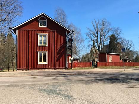Helsingin pitäjän kirkonkylä kärsi isonvihan aikaan suuria vahinkoja, lähes kaikki kylän talot tuhottiin. Nykyisin Kuninkaantien päässä on Kahvitupa Laurentius. Se on rakennettu vuonna 1810. Kaksikerroksiset vanhat hirsitalot ovat Vantaalla erittäin harvinaisia. Toinen kaksikerroksinen on Klemets Ylästössä.