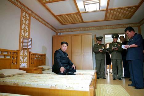 Pohjois-Korean diktaattori Kim Jong-un antoi ohjeita vieraillessaan uudessa vanhainkodissa Pyongyangissa.