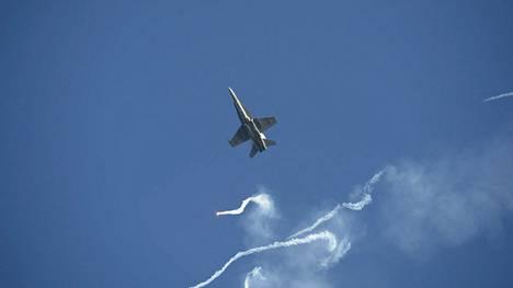 Ilmavoimien Hornet esiintyi kesäkuussa Kaivopuiston lentonäytöksessä.