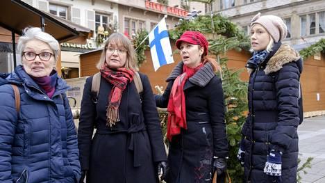 Liisa Wiik (vas.), Annika Bourgogne, Karita Brand ja Maire Härkönen-Schwab ovat olleet mukana Strasbourgin suomalaisen joulukylän järjestelyissä. Keskiviikkona markkinat olivat kiinni, ja suomalaisryhmä kokoontui syömään yhdessä.