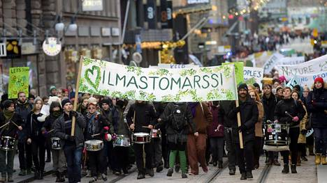 Kansalaiset vaativat poliitikoilta toimintaa. Marraskuussa 2015 Helsingissä ja kaupungeissa ympäri maailman vaadittiin vauhtia Pariisin ilmastokokoukselta.