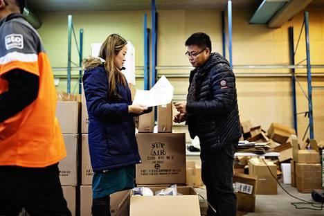 Kiinasta lähtöisin olevat Jenni Chen-Ye ja Zhong Sheng Wei ostavat Suomessa asuvilta kiinalaisilta saaduin varoin hygienia- ja desinfiointituotteita ja lähettävät niitä koronavirusalueille.