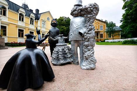 <BR/>Pyhäniemen kartano. Pekka Kauhasen metalliveistosten hahmot tuovat kartanomiljöössä mieleen juhlat, naamiaiset ja teatterin. Teokset johdattavat hienosti näyttelyn teemaan, jossa rooleihin liittyvä liioittelu on vahvassa osassa.