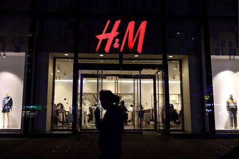 Vaateketju H&M:ää tai sen myymälöitä ei enää löydy useiden kiinalaisten suuryritysten verkkopalveluista. Kuvassa H&M:n liike Pekingissä.