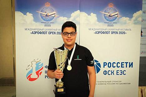 Aydin Suleymanli juhli Moskovan sakkiturnauksen voittoa.