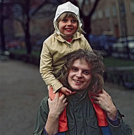 Laulaja Pepe Willberg ja hänen Heidi-tyttärensä vuonna 1970.