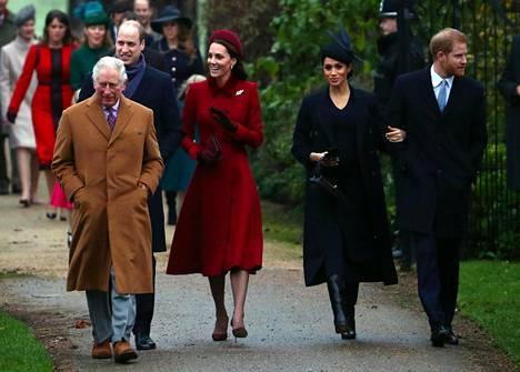 Prinssi Charles (vas.), prinssi William (takana), herttuatar Catherine, herttuatar Meghan ja prinssi Harry matkalla joulupäivän jumalanpalvelukseen vuonna 2018 Sandringhamissa.