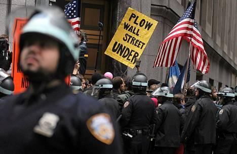 Kyltin teksti: Jyrätkää Wall Street maan tasalle.