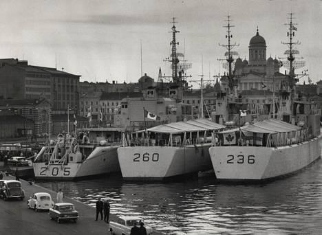 Kesän ensimmäiset laivastovierailut Helsingissä: Kanadan kuninkaallisen laivaston viidennen saattajalaivueen alukset St. Laurent, Columbia ja Gatineau.