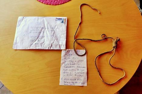 Kirjekuoressa oli uhkauskirje ja naru, jossa oli hirttosolmu.