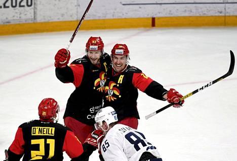 Peter Regin (vas.) ja Sami Lepistö juhlivat Lepistön tekemään jatkoajan voittomaalia Vladivostokia vastaan.