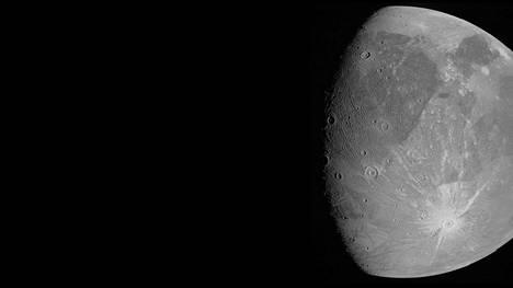 Nasa julkaisi uusia kuvia Jupiterin suurimmasta kuusta Ganymedeksestä tiistaina.