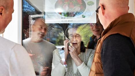 Veljekset Antti Hietanen ja Ilkka Hietanen tapasivat 83-vuotiaan äitinsä Maija-Liisa Hietasen Kannelmäen palvelukeskuksen pihalta.