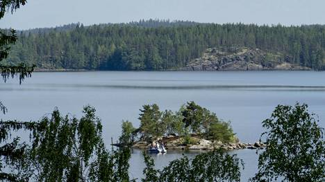 Saimaalla huolestuttiin viime keväänä Juvalle saimaannorpan suojelualueen kupeeseen myönnetystä malminetsintävarauksesta. Syntyi Saimaa ilman kaivoksia -kansanliike. Kuvassa näkymä Pihlajasalosta Luonteriin kesäkuussa 2020.