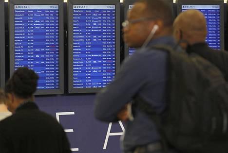 Delta Air -lentoyhtiön tietojärjestelmiin iskenyt vika vaikutti kymmenien tuhansien matkustajien lentoihin. Kuva Atlantan Hartsfield Jackson -lentokentältä maanantailta.